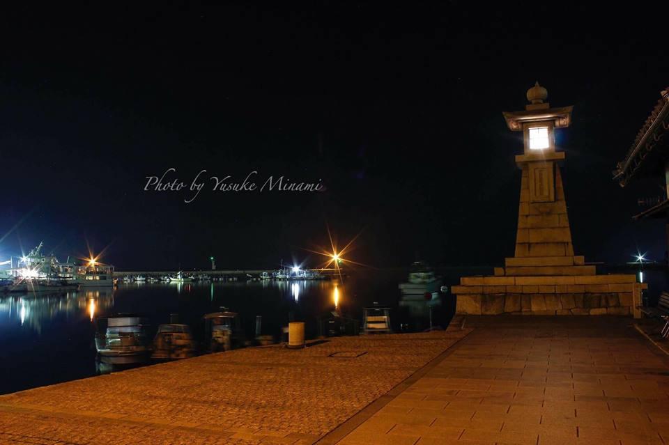 【鞆の浦夜景】 鞆の浦のシンボル、夜の常夜燈と鞆港/広島県福山市鞆町