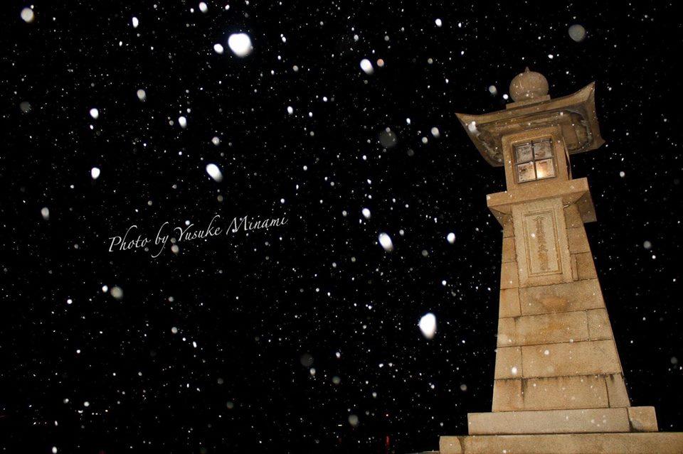 【鞆の浦雪風景】 2017初雪舞う鞆の浦、常夜灯/広島県福山市